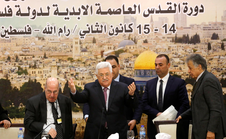 Le président de l'Autorité palestinienne, Mahmoud Abbas, avec des membres du Conseil central palestinien, le 14 janvier, à Ramallah.