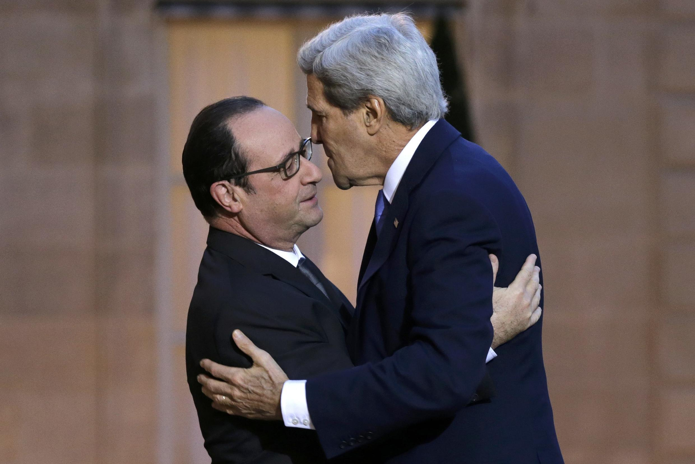 O presidente François Hollande recebe o secretário de Estado dos EUA, John Kerry.