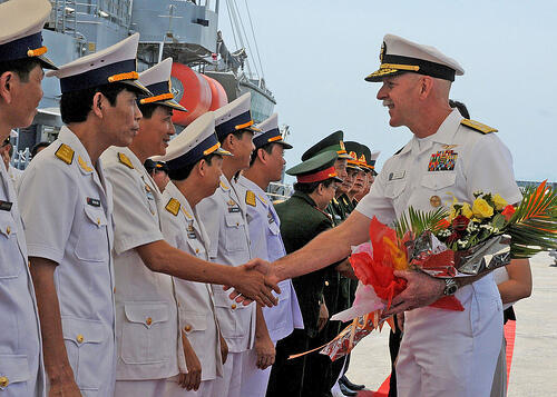 Phó Đô Đốc Scott Swift trong buổi lễ tiếp đón tại cảng Đà Nẵng 23/04/2012 (@U.S. Navy)