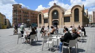 Pessoas na esplanada de um restaurante em Tarragona