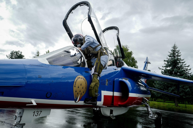 Пилот группы Patrouille de France после репетиции авиапарада, 12 июля 2021 г.