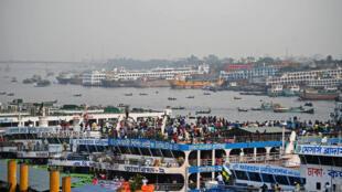Decenas de viajeros se disponen a abordar un ferry para volver a sus domicilios el 4 de abril de 2021 en Daca, la capital de Bangladés