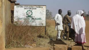 Des parents de lycéens enlevés dans leur pensionnat, dans la nuit de vendredi 11 à samedi 12 décembre 2020, dans l'État de Katsina, dans le nord-ouest du Nigeria, attendent des nouvelles, devant le lycée. 15 décembre 2020.