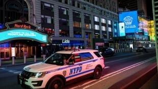 Une voiture de police du NYPD monte la garde à Times Square, dans Manhattan, pendant l'épidémie du coronavirus, le 9 avril 2020.