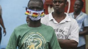 Un homme porte un masque dans une rue de Libreville, Gabon, en avril 2020. (image d'illustration).
