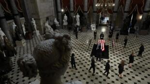 Des membres de la Chambre des représentants autour du cercueil de la juge de la Cour suprême Ruth Bader Ginsburg durant la cérémonie au Capitole, le 25 septembre 2020.