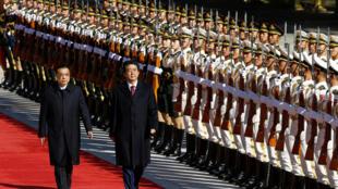 Thủ tướng Nhật Bản Shinzo Abe (P) và đồng nhiệm Trung Quốc Lý Khắc Cường duyệt đội quân danh dự tại Đại Lễ Đường Nhân Dân, Bắc Kinh, ngày 26/10/2018.