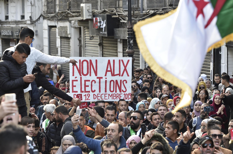 Des manifestants ont défilé, le mardi 10 décembre 2019 à Alger, deux jours avant l'élection présidentielle contestée.