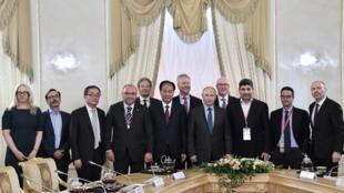 O Presidente Vladimir Putin fotografado com directores de agências de notícias internacionais,à margem do Fórum Económico Internacional de São Petersburgo. 6 de Junho de 2019