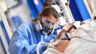 Nhân viên y tế đang chăm sóc cho một bệnh nhân Covid-19 trong khoa điều trị đặc biệt tại bệnh viện Royal Papworth ở Cambridge (Anh Quốc) ngày 05/05/2020,