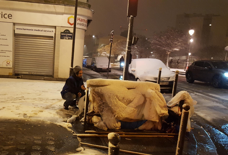 Une équipe du Samu social de Paris aux côtés de deux personnes sans-abri.
