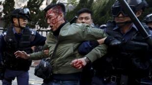香港旺角一名示威者被警方劫持,2016年2月9日。