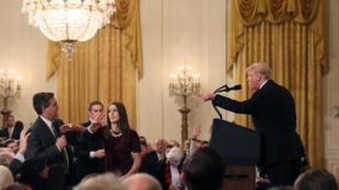 دونالد ترامپ، رئیس جمهوری آمریکا که تا کنون بارها روزنامه نگاران را به دروغگوئی و انتشار اخبار نادرست متهم کرده، روز چهارشنبه ٧ نوامبر در کنفرانس مطبوعاتی خود، «جیم اَکوستا»، روزنامه نگارِ شبکۀ تلویزیونی سی.ان.ان، را هدف حملات خود قرار داد.
