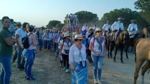 La Hermandad rociera de Huelva haciendo camino hacia El Rocío con su 'Sinpecao'. Junio de 2017.