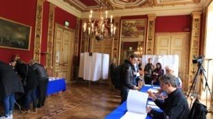 Des assesseurs dans un bureau de vote du VIIe arrondissement de Paris, le 23 avril 2017, lors du premier tour de la présidentielle