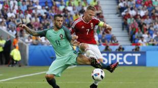 O português Vieirinha, à esquerda, disputa uma bola com o húngaro Balazs Dzsudzsak.