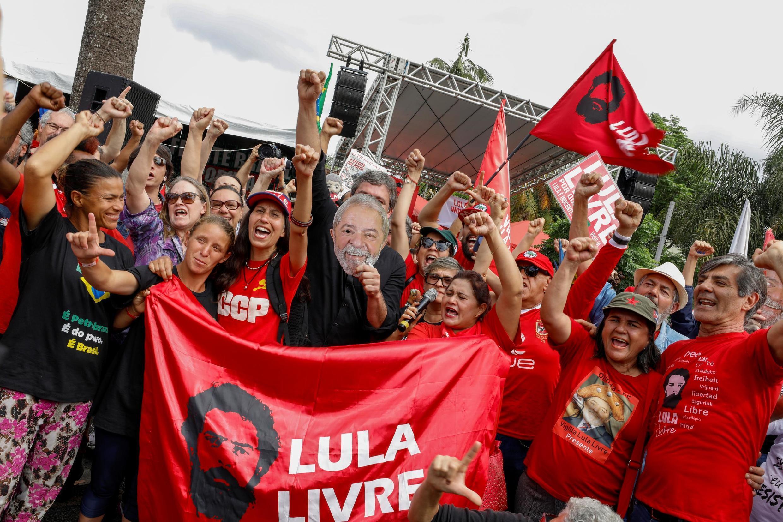 Des sympathisants de l'ancien président brésilien Luiz Inacio Lula da Silva devant le siège de la police fédérale où Lula purge une peine de prison, à Curitiba, au Brésil, le 8 novembre 2019.