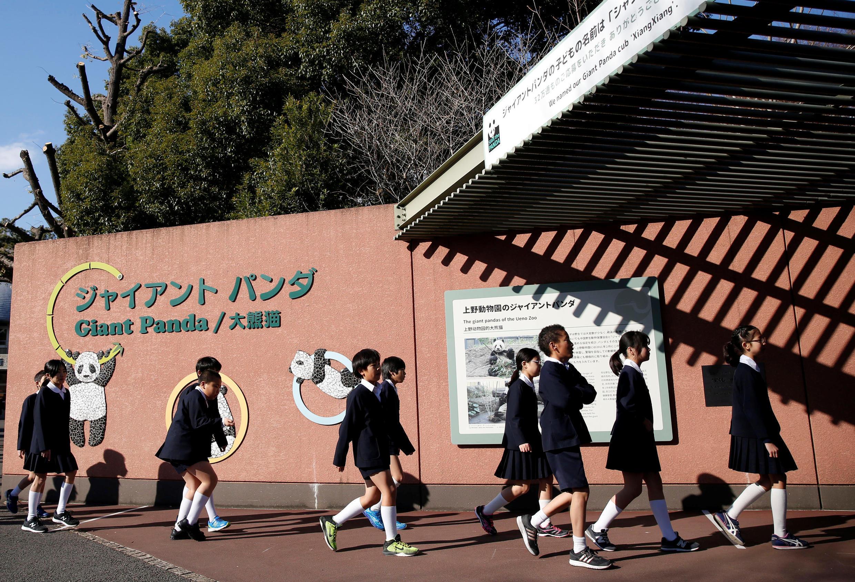 Crianças em frente ao zoológico Ueno, em Tóquio