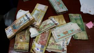 En 2020, l'inflation est montée à 150% au Soudan, où les prix ont quintuplé. Des billets de banque soudanais dans un bureau de change, à Khartoum, en 2018.