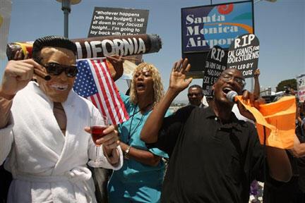 Des manifestants prostestent contre la réduction des budgets de l'Etat de Californie proposée par le gouverneur Arnold Schwarzenegger, le 20 juillet à Santa Monica.