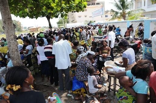 Jama'a dake sauraron sakamakon zaben kasar Benin a Cotonou