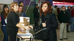 La présidente argentine Cristina Kirchner (à dr.) dans un bureau de vote de la ville de Rio Gallegos, le 11 août 2013.