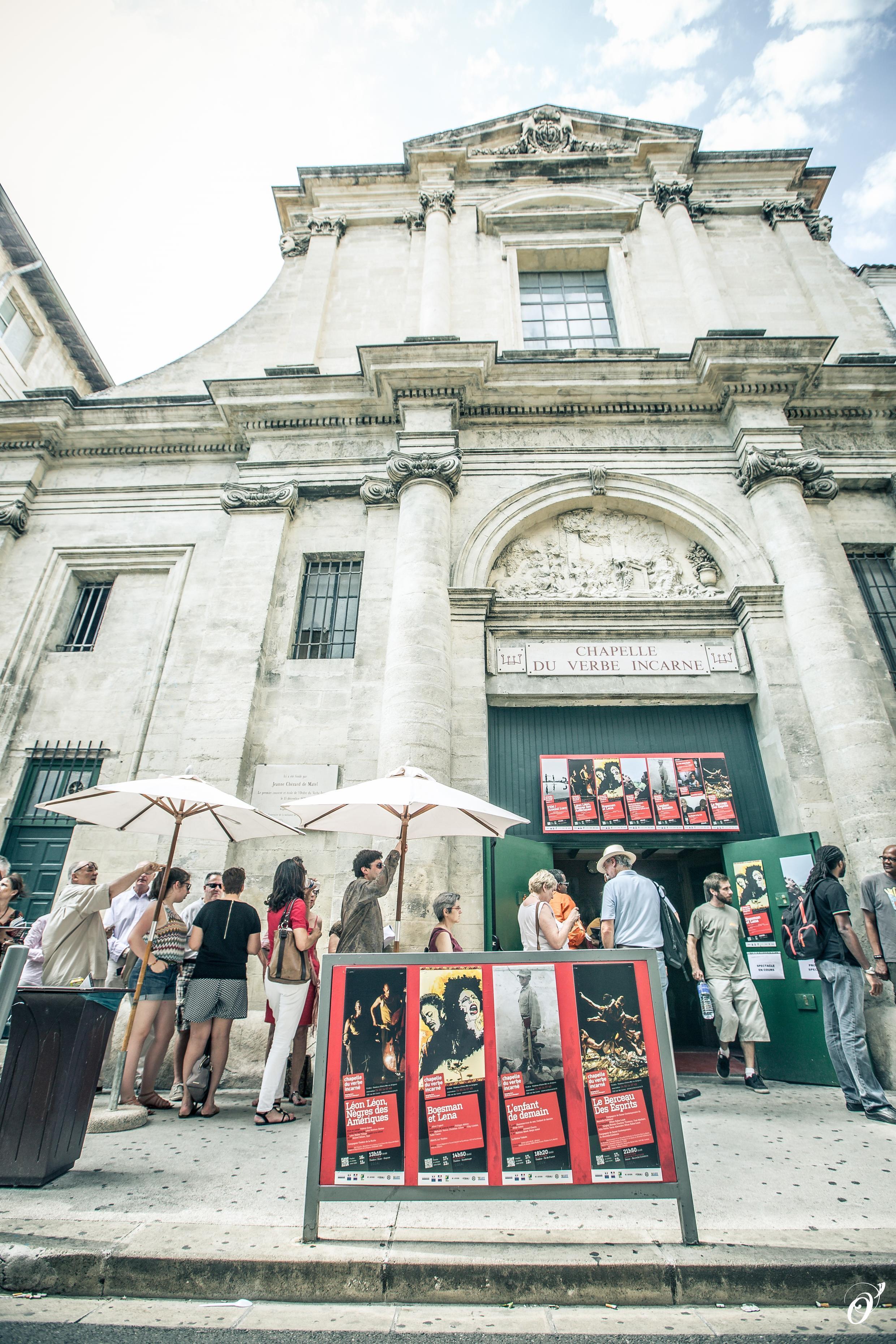 Le public d'habitués fait la queue devant la porte de la Chapelle du Verbé Incarné, à Avignon.
