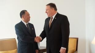 Ngoại trưởng Mỹ Mike Pompeo (P) và tướng Bắc Triều Tiên Tiên Kim Yong Chol gặp nhau tại New York, ngày 31/05/2018.