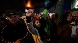 Les manifestants dans le centre de Banja Luka le 30 décembre 2018 qui réclament justice après la mort de David Dragicevic en mars 2018, retrouvé mort suite à des blessures qui ne correspondrait pas à un suicide.