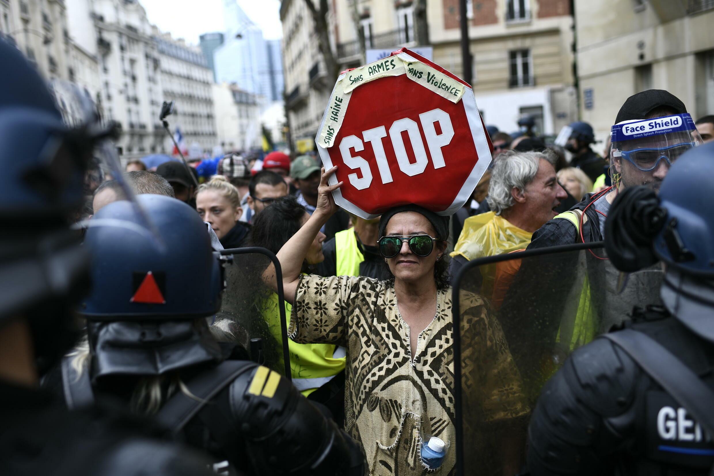 Manifestación en contra del pase sanitario en Neuilly-sur-Seine, Francia, el 7 de agosto de 2021