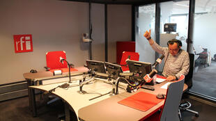 Mtangazaji Laurent Sadoux katika matangazo ya mchana moja kwa moja kutoka jijini Paris «Afrique Midi» kupitia idhaa ya kifaransa ya RFI