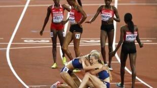 Las estadounidenses Emma Coburn y  Courtney Frerichs, oro y plata en los 3.000m obstaculos, se abrazan en la linea de meta ante la incredulidad de las fondistas africanas.