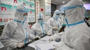 Esta imagen de archivo, tomada en un hospital de Wuhan, China, el 25 de enero de 2020, muestra a personal médico con equipo de protección, durante la pandemia del nuevo coronavirus