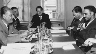 Bruxelles. 18 juillet 1959. Moktar ould Daddah (1er, à dr.) face au président de la Commission européenne, Walter Hallstein (1er, à g.).