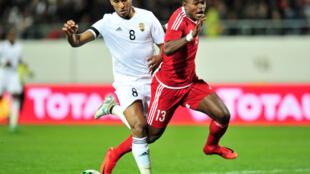 Le défenseur libyen Saud Masaud (g) lors du quart de finale face au Congo-Brazaville.