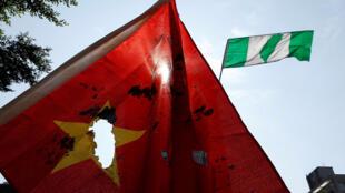 Người dân Đài Loan biểu tình đốt cờ Trung Quốc.