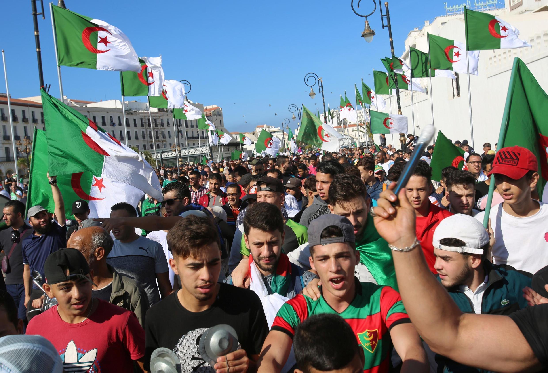 1er novembre 2019. Une marée humaine s'est répandue dans les rues d'Alger pour le 37e vendredi pour réclamer une «nouvelle indépendance» 65 ans jour pour jour après le début de la lutte armée contre le colonisateur français.