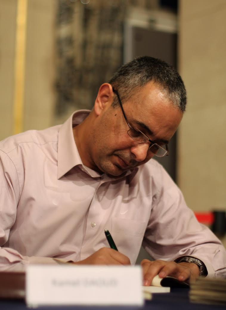 Ecrivain emblématique de la littérature algérienne contemporaine, Kamel Daoud participe régulièrement au Maghreb des livres. Photo prise lors d'une séance de dédicaces en 2016..