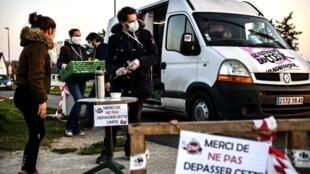 Distribution alimentaire à Orléans, le 26 mars 2020, pendant le confinement.