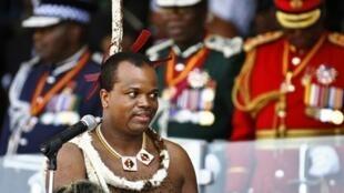 Le roi Mswati III prononce un discours au Somhlolo Stadium, le 6 septembre 2010 au Swaziland.