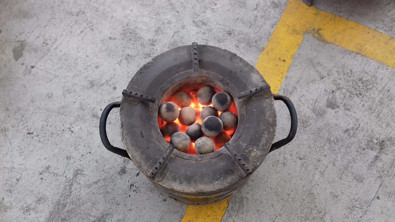 A la place du charbon traditionnel, des boules d'excréments transformés servent de combustibles.