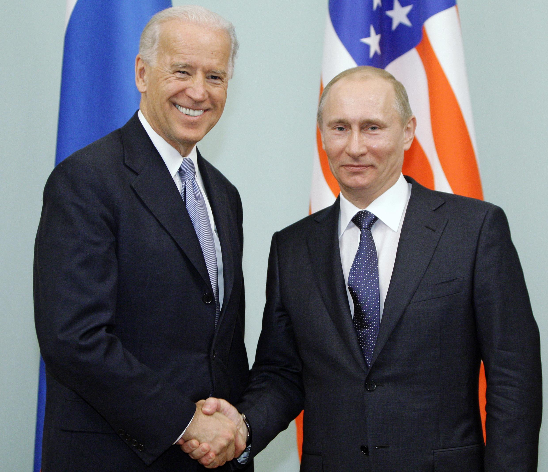 El entonces primer ministro ruso, Vladimir Putin, recibe a Joe Biden (izq) en su calidad de vicepresidente de EEUU en Moscú, el 10 de marzo de 2011