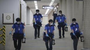 Nhân viên của một công ty dịch vụ vệ sinh khử trùng sàn của sân bay Gimpo International tại Seoul, Hàn Quốc, ngày 17/06/2015.