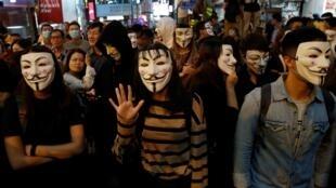 Viện cớ lễ hội hóa tráng Halloween, người biểu tình Hồng Kông đeo mặt nạ thách thức chính quyền.
