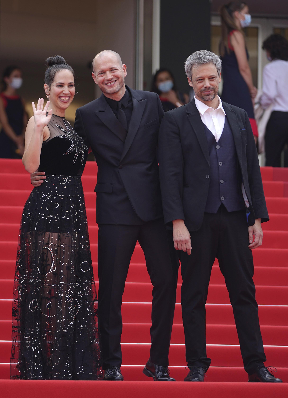 """نداو لاپید، کارگردان """"زانوی احد"""" (وسط) اوشلوم پولاک (راست) و نور فیبک (چپ) بازیگران اصلی این فیلم روی فرش قرمز جشنواره کن ۲۰۲۱."""