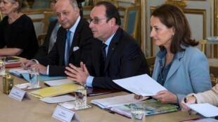 法國總統奧朗德 (中)在愛麗舍宮與非政府組織代表會談2015年11月28日巴黎