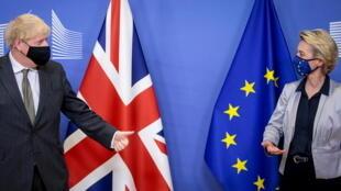 La présidente de la Commission européenne, Ursula von der Leyen, et le Premier ministre britannique, Boris Johnson, à Bruxelles, le 9 décembre 2020.