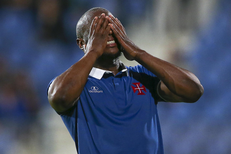 O futebolista do Beleneses Luís Leal após ter falhado um golo contra o Basileia, Estádio do Restelo, Lisboa