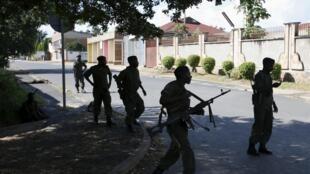 Des soldats fidèles au président Pierre Nkurunziza dans des rues de la capitale burundaise où les affrontements ont repris, le 14 mai 2015.