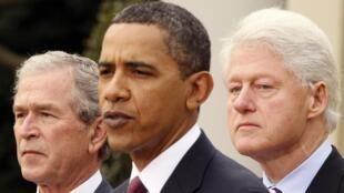 Le président Obama, les anciens présidents George W. Bush et Bill Clinton, à la Maison Blanche, le 16 janvier 2010.